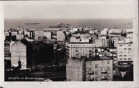 Gdyni ul. Starowiejska. Stara pocztówka z okresu międzywojennego miasta Gdyni. W tle port Gdynia